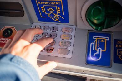 Próbowali ukraść bankomat