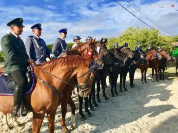 Policyjni jeźdźcy w czołówce na zawodach w Mezohegyes