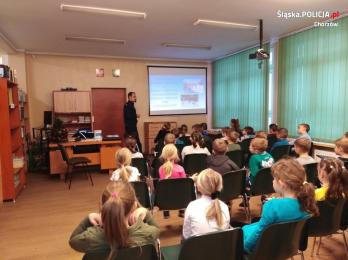 Dzielnicowy przypomniał dzieciom z SP nr 18 w Chorzowie zasady bezpiecznej zabawy zimą
