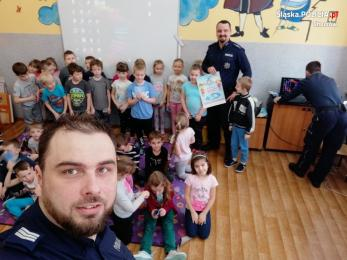 Dzielnicowy z Chorzowa rozmawiał z dziećmi o bezpiecznym wypoczynku podczas ferii