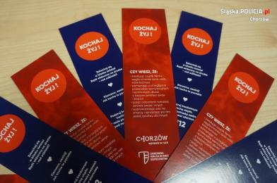 Chorzowska Koalicja na Rzecz Bezpieczeństwa rozdaje zakładki do książek- Kochaj i żyj