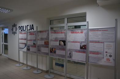 W chorzowskiej komendzie można zobaczyć mobilną wystawę poświęconą handlowi ludźmi