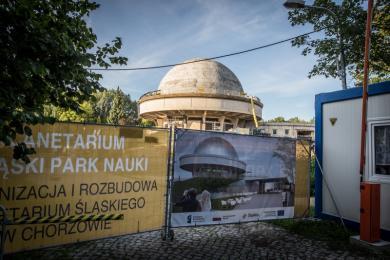 Trwa modernizacja Planetarium Śląskiego. Robotnicy kopią m.in. pod dziedzińcem