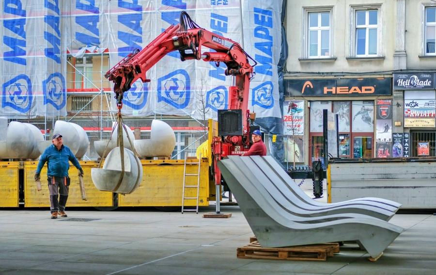 Nowe siedziska na Rynku w Chorzowie