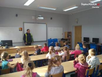 Policjanci z chorzowskiej drogówki odwiedzili uczniów z SP nr 21