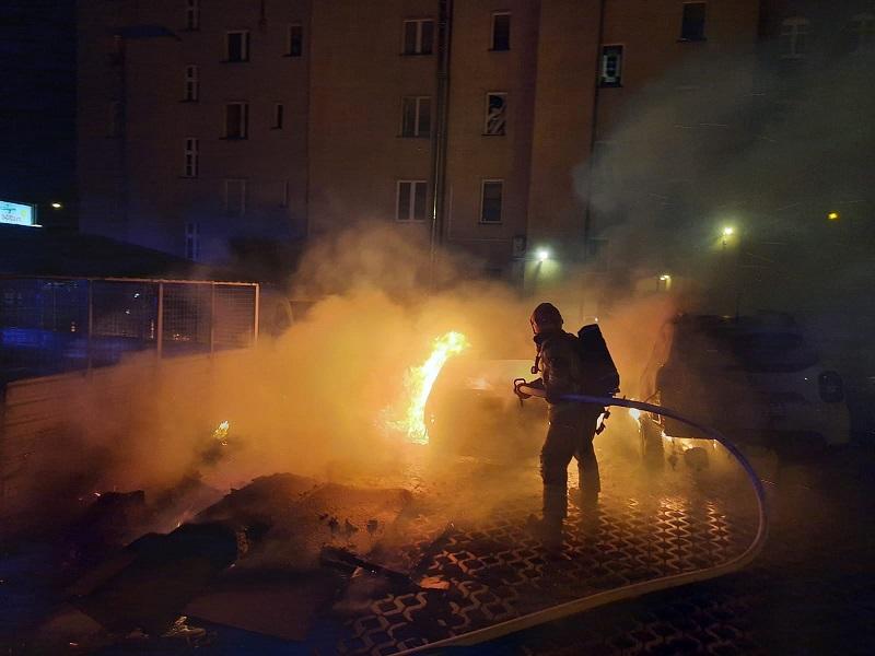 Pożar śmietnika w Chorzowie. Ogień rozprzestrzenił się na zaparkowane w pobliżu auta