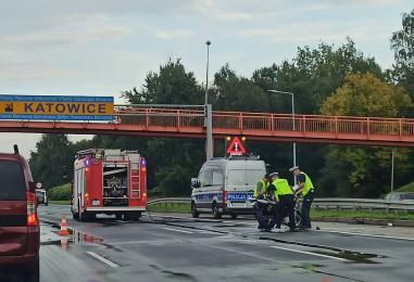 Tragedia na DTŚ. Motocykl wjechał w samochód osobowy. Jedna osoba poważnie ucierpiała