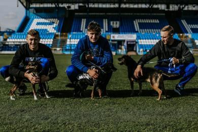 Nie kupuj, adoptuj! Piłkarze Ruchu Chorzów promują adopcję zwierząt ze schroniska